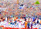 GRAND MEGA PARANTUMISKOKOUS KENIASSA 29.-30.8.2015. Osa massiivisista ihmisjoukkoa kokoontuneena juhlimaan väkevää JEESUKSEN Veren voittoa